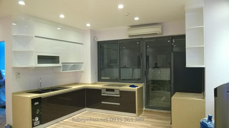 Tủ bếp nhựa cao cấp cạnh cửa sổ nhà anh Công Chung cư The Pride Hải Phát